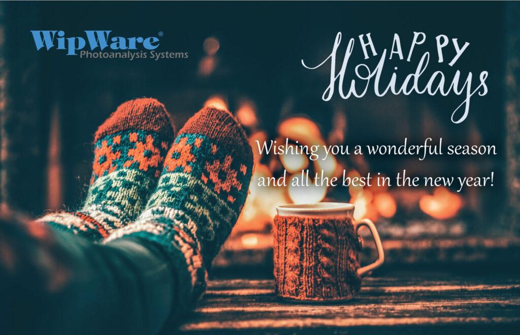 WipWare祝您节日快乐。壁炉旁的针织的袜子和杯子